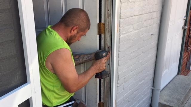 Installer Door Jamb